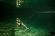 """Gabriele è un fiorentino con la passione per il viaggio e la natura, un esperto di archeologia e sub. Lavora come guida nei """"Cenotes"""" e tra le rovine di Tulum."""