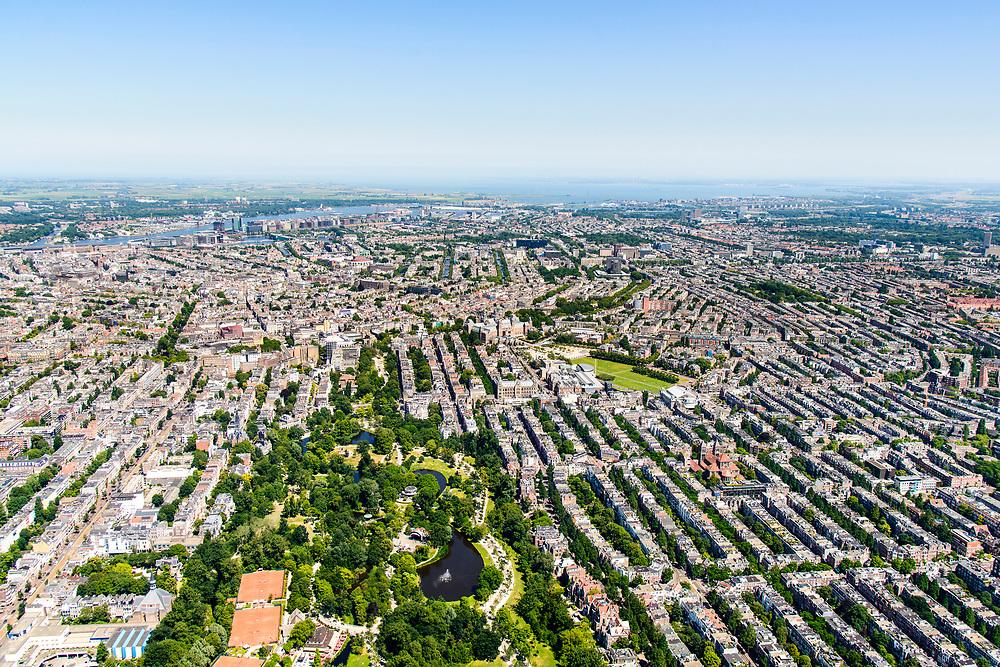 Nederland, Noord-Holland, Amsterdam, 29-06-2018; Amsterdam Oud-Zuid, Vondelbuurt, Museumkwartier, Vondelpark, Museumplein. Overzicht richting grachtengordel en binnenstad.<br /> <br /> luchtfoto (toeslag op standard tarieven);<br /> aerial photo (additional fee required);<br /> copyright foto/photo Siebe Swart