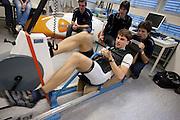 Sebastiaan Bowier is bezig met een vermogensmeting. Studenten van de TU Delft en VU Amsterdam verrichten metingen aan de renners die een poging gaan wagen om het wereldrecord fietsen te verbreken. Oud-schaatser Jan Bos en Sebastiaan Bowier gaan proberen het record van 133 km/h te verbreken. Wil Baselmans en Alwin Visker zijn geselecteerd om het werelduurrecord te verbreken. In 2011 haalde Bowier 129 km/h. De andere rijders doen voor het eerst mee.<br /> <br /> Sebastiaan Bowier during a performance test. Students of the TU Delft and the VU Amsterdam are measuring the condition of the for riders who will try to attempt to break the world record speed biking. Former skater Jan Bos and Sebastiaan Bowier will try to set a new top speed record. Wil Baselmans and Alwin Visker are selected to set a new top distance in an hour. Bowier reached in 2011 129 km/h, the world record is 133 km/h.