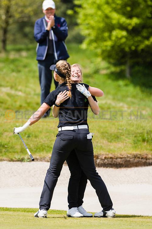 17-05-2015 NGF Competitie 2015, Hoofdklasse Heren - Dames Standaard - Finale, Golfsocieteit De Lage Vuursche, Den Dolder, Nederland. 17 mei. Dames Noordwijkse: Mayka Hoogeboom holed uit vanuit de bunker voor de winst tijdens de foursomes.