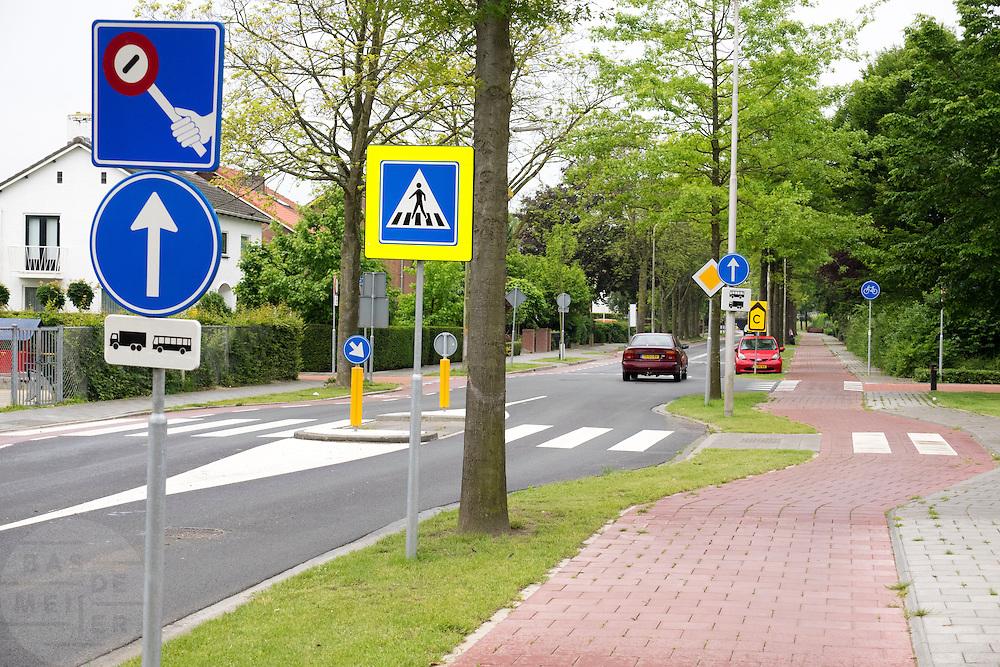 Verkeersborden vlakbij een school in Geldermalsen.<br /> <br /> Traffic signs near a school in Geldermalsen.
