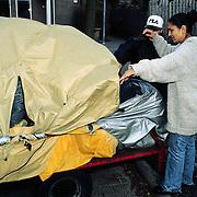 Yasmine Farell, ex vrouw van Bobby Farell met zoon vind haar spullen buiten de woning in Lelystad
