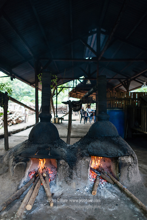 Pembuatan gula dan sopi di Aimere, Ngada, Flores, Nusa Tenggara Timur, Indonesia.