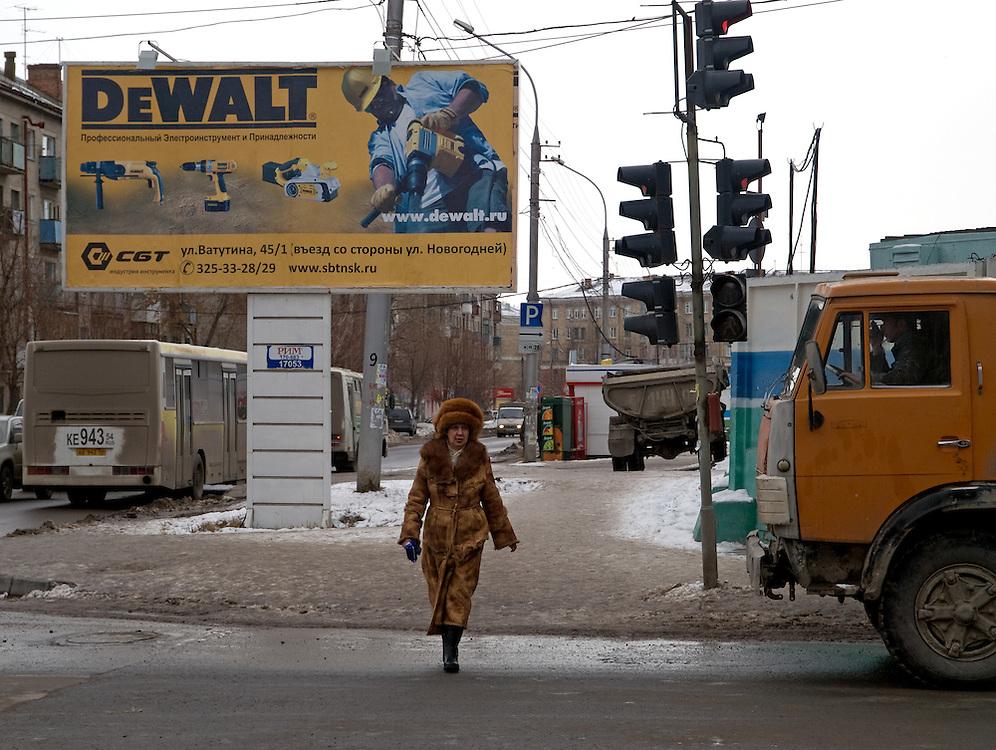 Strassenszene im Zentrum der sibirischen Hauptstadt Nowosibirsk. Werbung der Firma DeWalt.<br /> <br /> Street scene in the center of the Sibirian capital Novosibirsk. Billboard of the DeWalt company.