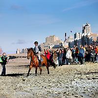 Nederland, Scheveningen , 23 november 2013.<br /> Generale repetitie aankomst van de Prins van Oranje op het Scheveningse strand .<br /> Zij bereiden zich voor op de feestelijke start van deviering van tweehonderd jaar koninkrijk, een week later. <br /> <br /> Anders dan in 1813 hebben alle betrokkenen ditmaal de kans om de landing vooraf te oefenen. Dat is maar goed ook want het programma voor 30 november is uitdagend en spectaculair. De meeste spelers en figuranten komen uit Scheveningen zelf en hebben geen toneelervaring. Regisseur Aus Greidanus begeleidt hen bij hun debuut. Hoofdrolspeler Huub Stapel moet op het juiste moment het strand op varen waarna hij overstapt op een originele 'nettenwagen' die door paarden wordt voortgetrokken. <br /> <br /> Deaankomst van de latere koning Willem I wordt sinds 1813 iedere 25 jaar herdacht door de Scheveningse bevolking. Vanwege de viering van 200 jaar koninkrijk wordt dit keer extra groot uitgepakt. Dankzij de hulp van de Koninklijke Marine zijn op 30 november onder meer enkele grote marineschepen, sloepen en landingsvaartuigen aanwezig. Daarnaast speelt het Britse marineschip HMS Tyne een belangrijke rol bij het evenement. <br /> Op de foto links regisseurAus Gredanus (links met groene jasje) instrueert de figuranten.<br /> Dress rehearsal arrival of the Prince of Orange on the beach of Scheveningen (1813), in preparation for the start of the festive celebration of two hundred years kingdom, a week later.