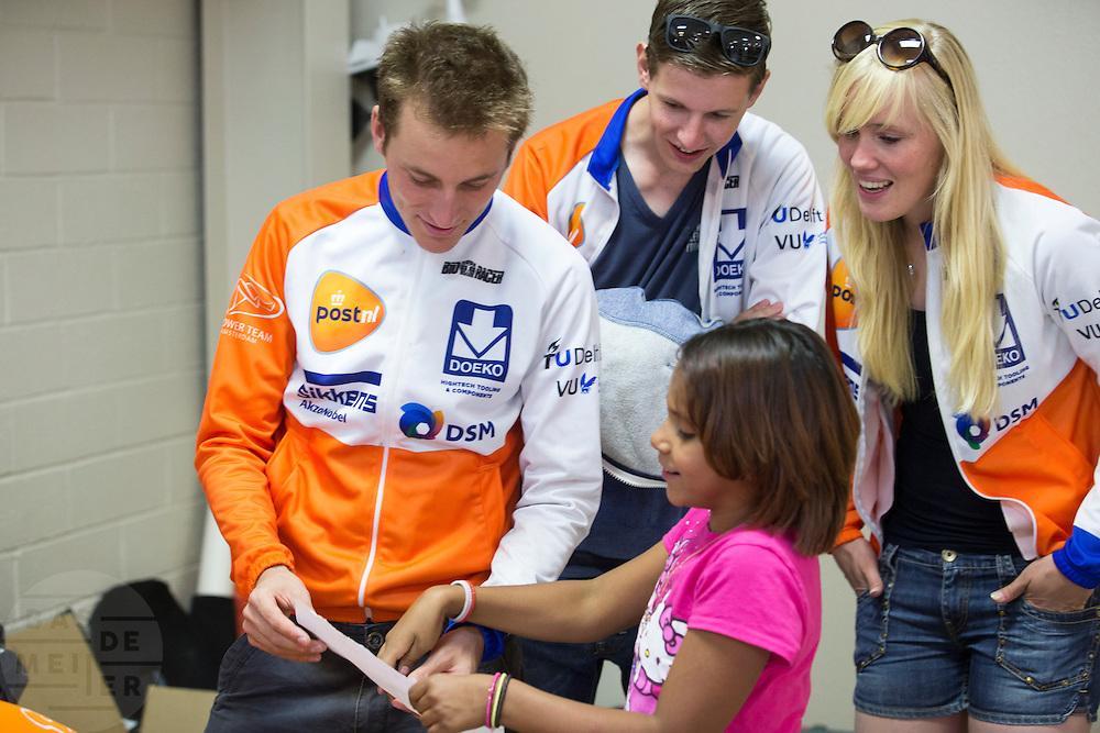 Een meisje vraagt een handtekening aan Rik Houwers. Het Human Power Team Delft en Amsterdam (HPT), dat bestaat uit studenten van de TU Delft en de VU Amsterdam, is in Amerika om te proberen het record snelfietsen te verbreken. Momenteel zijn zij recordhouder, in 2013 reed Sebastiaan Bowier 133,78 km/h in de VeloX3. In Battle Mountain (Nevada) wordt ieder jaar de World Human Powered Speed Challenge gehouden. Tijdens deze wedstrijd wordt geprobeerd zo hard mogelijk te fietsen op pure menskracht. Ze halen snelheden tot 133 km/h. De deelnemers bestaan zowel uit teams van universiteiten als uit hobbyisten. Met de gestroomlijnde fietsen willen ze laten zien wat mogelijk is met menskracht. De speciale ligfietsen kunnen gezien worden als de Formule 1 van het fietsen. De kennis die wordt opgedaan wordt ook gebruikt om duurzaam vervoer verder te ontwikkelen.<br /> <br /> A school child asks an autograph to Rik Houwers. The Human Power Team Delft and Amsterdam, a team by students of the TU Delft and the VU Amsterdam, is in America to set a new  world record speed cycling. I 2013 the team broke the record, Sebastiaan Bowier rode 133,78 km/h (83,13 mph) with the VeloX3. In Battle Mountain (Nevada) each year the World Human Powered Speed Challenge is held. During this race they try to ride on pure manpower as hard as possible. Speeds up to 133 km/h are reached. The participants consist of both teams from universities and from hobbyists. With the sleek bikes they want to show what is possible with human power. The special recumbent bicycles can be seen as the Formula 1 of the bicycle. The knowledge gained is also used to develop sustainable transport.