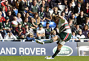 Reading, Berkshire, UK., 19th September 2004, Zurich Premiership Rugby, London Irish vs Leicester Tigers, Madejski Stadium, England, [Mandatory Credit: Pete Spurrier/Intersport Images],<br /> <br /> Andy Goode , Penatly kick.
