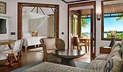 Prise de vue intérieure d'un bungalow de luxe de l'hôtel Le Méridien Ile des Pins situé dans la baie d'Oro de l'ile des Pins en Nouvelle Calédonie. Vue sur la baie et la chambre du bungalow.