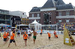 17-07-2014 NED: FIVB Grand Slam Beach Volleybal, Apeldoorn<br /> Poule fase groep A mannen - De Amerikanen waren een wedstrijd vrij aangezien de Duitsers geblesseerd afhaakten. Vrij spel dus op het centercourt / crew, ballenmeisjes/jongens