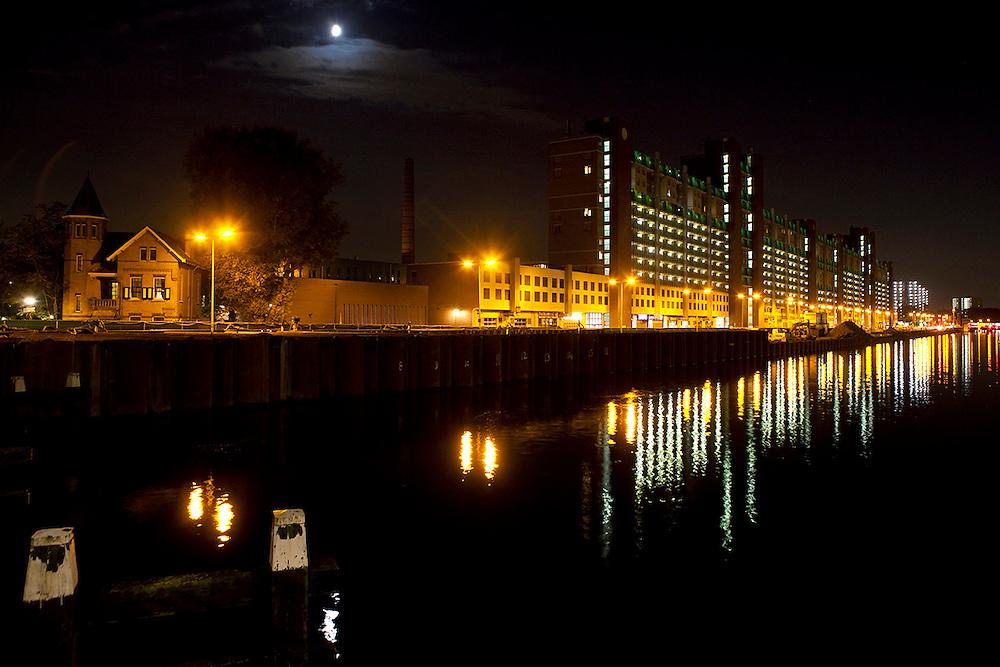DEN HAAG - De Neherkade bij de Laakhaven bij nacht. De Neherkade wordt momenteel breder gemaakt om het toekomstige verkeer van de Rotterdamsebaan op te kunnen vangen. ANP COPYRIGHT JURRIAAN BROBBEL