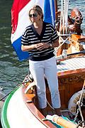 Koning Willem-Alexander, koningin Maxima met hun dochters  prinses Amalia , Alexia en Ariane , Prinses Beatrix en prinses Mabel met haar dochters Luana en Zaria zijn aan boord van het jacht De Groene Draeck  bij Sail Amsterdam. <br /> <br /> King Willem-Alexander, Queen Maxima with their daughters Princess Amalia, Alexia and Ariane, Princess Beatrix and Princess Mabel and her daughters Luana and Zaria on board the yacht De Groene Draeck at Sail Amsterdam.