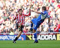 Fotball<br /> 2004/2005<br /> Foto: SBI/Digitalsport<br /> NORWAY ONLY<br /> <br /> Sunderland v Derby County<br /> Coca-Cola Championship, Stadium of Light, Sunderland 02/10/2004.<br /> <br /> Sunderland's Julio Arca (L) closes in on Derby's Jeff Kenna (R).