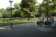 Het Vondelpark in Amsterdam. Opgericht in 1864 is het 140 jaar oude park, dat sinds 1996 Rijksmonument is, is boeiend, veelzijdig en uiterst in trek bij jong, gemiddeld  en oud. Wandelen, de hond uitlaten, skaten, joggen, picknickken, zwemmen met de kinderen, voetballen. Jaarlijks krijgt het Vondelpark gemiddeld 10 miljoen mensen op bezoek, per vierkante meter is dat meer dan het Central Park in New York! Het Vondelpark is ontworpen in de Engelse landschapstijl. Met behulp van kenmerken uit deze stijl is een park gecomponeerd dat de 19e-eeuwse Amsterdammer de illusie gaf van het perfecte natuurlijke landschap.<br /> <br /> The Vondelpark in Amsterdam. Set up in 1864, the 140 years old park has been since 1996 a monument and is captivating, multi-purpose and extremely in appetite at young, on average and old. To walk, skate, jog, picknick swimming with the children or play soccer. The Vondelpark has a average of 10 millions people a yeary, by square meter it is more that than the Central park more in New York! The Vondelpark have been devised in the English Style . Using characteristics from this style a park has been composed that 19th century and has to give the amsterdammer the illusion gave of the perfect natural landscape.