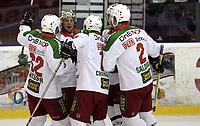 Ishockey<br /> GET-Ligaen<br /> 18.09.07<br /> Jordal Amfi<br /> Vålerenga VIF - Frisk Asker Tigers<br /> Cameron Abbott (gullhjelm) feirer sin 1-2 scoring med lagkameratene<br /> Foto - Kasper Wikestad