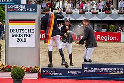 Haßmann Felix (GER), Sosath Hendrik (GER), Wernke Jan (GER)<br /> Balve - Longines Optimum 2019<br /> Siegerehrung<br /> Impressionen Abreiteplatz<br /> LONGINES Optimum Preis<br /> Deutsche Meisterschaft der Springreiter<br /> Finalwertung<br /> 16. Juni 2019<br /> © www.sportfotos-lafrentz.de/Stefan Lafrentz