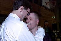 Basket, Ammerud-BK herrer semifinale NM mars 2000. BKs trener Ron Whitehead jubler sammen med Martin Sjøtun (t.h.).