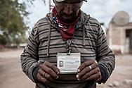 Rambo, un militare della polizia comunitaria, mostra il proprio distintivo.