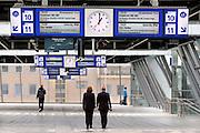 Nederland, Arnhem, 13-6-2012Het vernieuwde centraal station van de NS. Twee medewerkers van de ns lopen op de traverse. Op de borden worden de vertrektijden gegeven. Arnhem wordt in de toekomst een knooppunt voor het treinverkeer. Bord, vertrektijd,aankomsttijd, vertrek,aankomst, Foto: Flip Franssen/Hollandse Hoogte