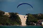 Natal_RN, Brasil...Pratica de parapente na praia de Ponta Negra. Ao fundo, o Morro do Careca...Paragliding on the beach of Ponta Negra. In the background, Morro do Careca...Foto: LEO DRUMOND / NITRO
