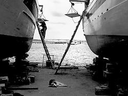 Cantieri navali a Taranto nella città vecchia, sullo sfondo Ponte Punta Penna;
