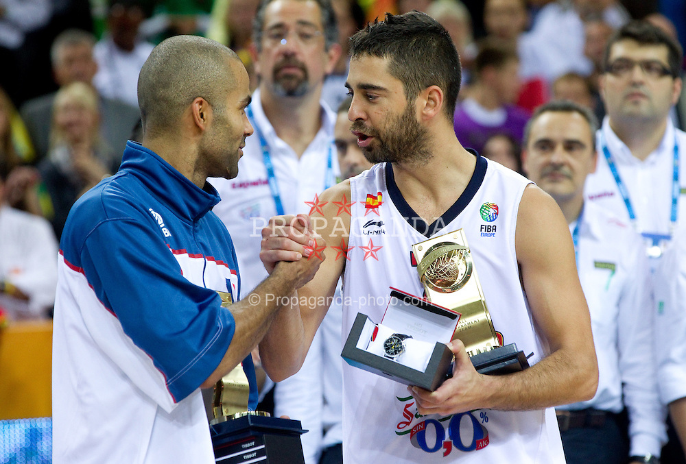 16.09.2011, Arena Zalgirio, Kaunas, LTU, FIBA EuroBasket 2011, Frankreich vs Russland, im Bild Best players Tony Parker of France and Juan Carlos Navarro of Spain at medal ceremony after the final basketball game between National basketball teams of Spain and France at FIBA Europe Eurobasket Lithuania 2011, on September 18, 2011, in Arena Zalgirio, Kaunas, Lithuania. Spain defeated France 98-85 and became European Champion 2011. EXPA Pictures © 2011, PhotoCredit: EXPA/ Sportida/ Vid Ponikvar  +++++ ATTENTION - OUT OF SLOVENIA/(SLO) +++++