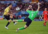 Fotball<br /> 26.06.2008<br /> Euro 2008<br /> Semifinale Spania v Russland<br /> Foto: Witters/Digitalsport<br /> NORWAY ONLY<br /> <br /> Tor 0:2 v.l. Daniel Gueiza, Torwart Igor Akinfeev Russland<br /> EURO 2008 Halbfinale Russland - Spanien 0:3