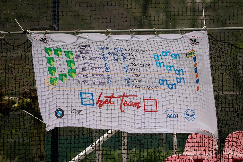 LAREN -  Hockey Hoofdklasse Dames: Laren v Pinoké, seizoen 2020-2021. Foto: Spandoek van sponsoren met aanmoedigingen voor Laren D1