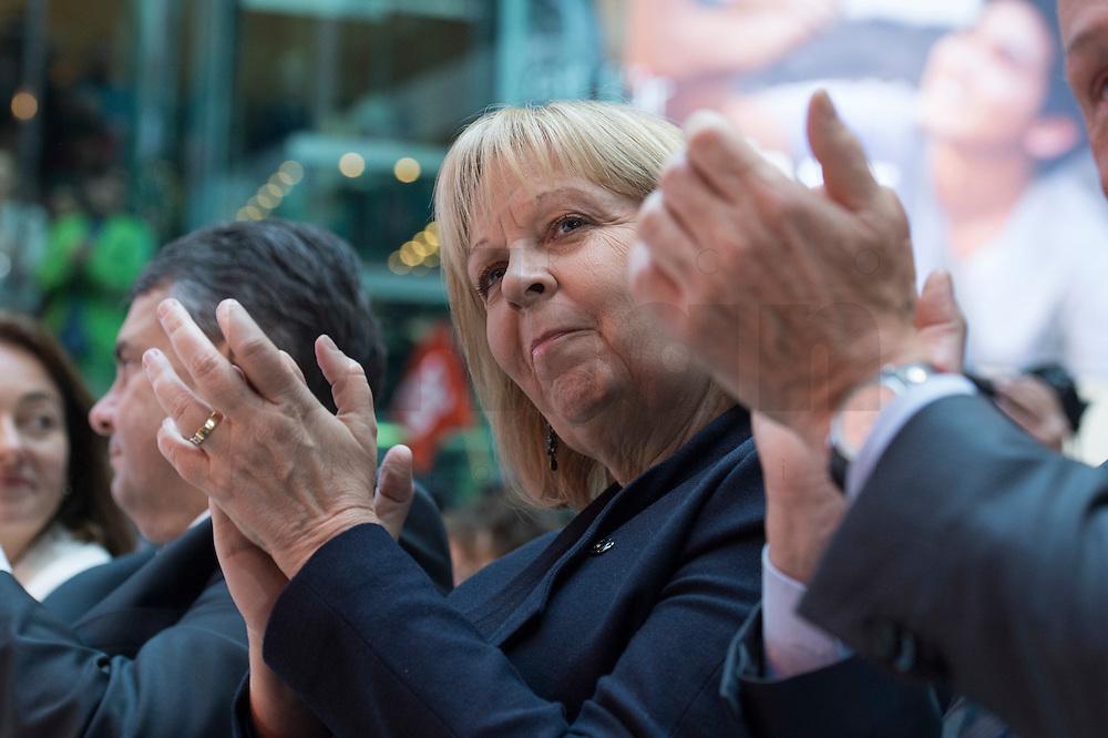 29 JAN 2016, BERLIN/GERMANY:<br /> Hannelore Kraft, SPD, Ministerpraesidentin Nordrhein-Westfalen, Vorstellung von Martin Schulz als Kanzlerkandidat der SPD zur Bundestagswahl, nach der Nominierung durch den SPD-Parteivorstand, Willy-Brandt-Haus<br /> IMAGE: 20170129-01-031<br /> KEYWORDS: Applaus, applaudieren, klatschen