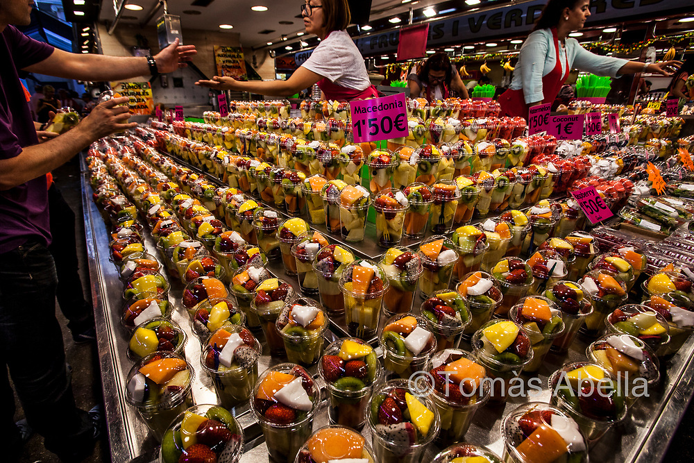 Many traditional fruit and vegetable vendors of the La Boquería market changed their business to focus on selling juices and fruit salads to tourists. Food prices are rising, and the locals are losing food supply points.