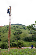 Santos Dumont_MG, Brasil...Operarios trabalhando na eletrificacao rural proximo a Santos Drumont...Workers working in rural electrification near to Santos Drumont. ..Foto: LEO DRUMOND / NITRO