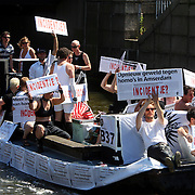 NLD/Amsterdam/20070804 - Gaypride Canalparade 2007, boot tegen homogeweld