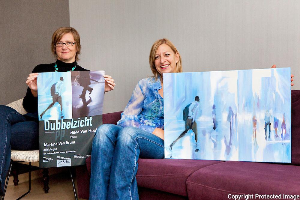 369471-artistieke buurvrouwen houden tentoonstelling in Antwerpen-Expo Dubbelzicht-Hilde Van Hool (bril) en Martina Van Erum (blauw)-Nijlen