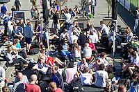 AMSTELVEEN - Hockey spelers borrelen bij HC Amsterdam en genieten van het mooie weer, . FOTO KOEN SUYK