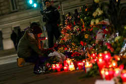 14.11.2015, Botschaft der Französischen Republik, Wien, AUT, Terroranschläge von Paris, Gedenken in Österreich, im Bild ein Mädchen und ein Polizist vor der Botschaft. Bei einer Serie von Terroranschlägen in Paris wurden mindestens 128 Menschen getötet. Terroristen hatten in der Nacht bei Angriffen mit Schusswaffen und Bombenanschlägen gezielt Anschläge auf Frankreich verübt // A girls and a policeman in front of the embassy. French President Francois Hollande said more than 120 people died Friday night in shootings at Paris cafes, suicide bombings near France national stadium and a hostage- taking slaughter inside a concert hall, at the French embassy in Vienna, Austria, EXPA Pictures © 2015, PhotoCredit: EXPA/ Sebastian Pucher
