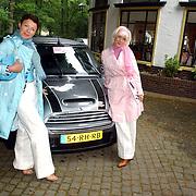 NLD/Vierhouten/20050530 - Society vrouwen rijden de BeauMonde Rally 2005, Suze Mens en dochter Suze Jr.