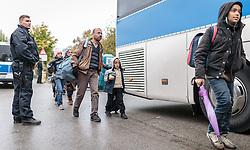 14.10.2015, Grenzübergang Freilassing - Salzburg,GER, Flüchtlingskrise in der EU, im Bild Migranten nachdem sie über die Österreichische Grenze im Bundesgebiet angekommen sind, werden per Bus weitertransportiert // Refugees wait to get on a bus, after they have arrived across the Austrian border, Freilassing, Germany on 2015/10/14. EXPA Pictures © 2015, PhotoCredit: EXPA/ JFK
