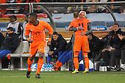 ©Jonathan Moscrop - LaPresse<br /> 06 07 2010 Cape Town ( Sud Africa )<br /> Sport Calcio<br /> Uruguay vs Olanda - Mondiali di calcio Sud Africa 2010 Semi finale - Stadio Punto Verde<br /> Nella foto: Arjen Robben si abbraccia con l'allenatore dell'Olanda Bert Van Marwijk<br /> <br /> ©Jonathan Moscrop - LaPresse<br /> 06 07 2010 Cape Town ( South Africa )<br /> Sport Soccer<br /> Uruguay versus Holland - FIFA 2010 World Cup South Africa Semi final - Green Point Stadium<br /> In the photo: Holland's Arjen Robben embraces coach Bert Van Marwijk as he is substituted