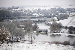 © Licensed to London News Pictures. 28/12/2020. Burford, UK. Flood water and snow along the River Windrush near the village of Burford in Oxfordshire, south England as the UK experiences freezing temperatures over night. Photo credit: Ben Cawthra/LNP