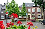 Duitsland, Bracht, 3-8-2016De gesloten praktijk, privaat ziekenhuis, Klaus Ross Center waar een Nederlandse kankerpatient plotseling overleed. Een van de ramen was niet geblindeerd en gaf inkijk in een lege patientenkamer. Het pand ligt midden in het dorp aan een pleintje. De alternatieve kankerkliniek werkte op basis van biologische medicijnen . De behnadeld arts was een natuurgenezer, heilpraktiker Foto: Flip Franssen