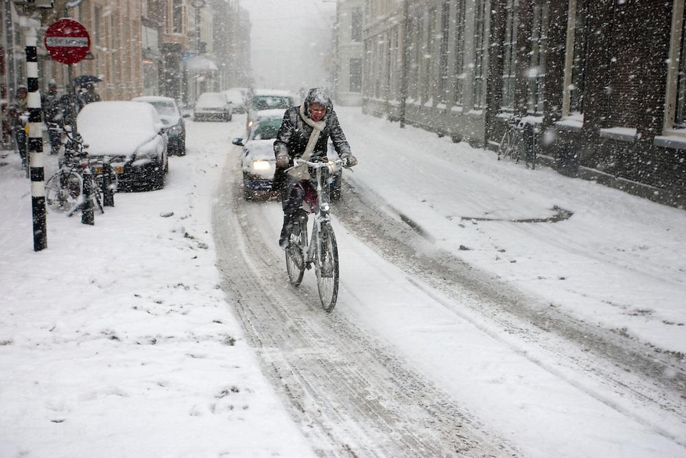 Nederland is bedolven onder een dikke pak sneeuw. Jong en oud trekt er op uit om te genieten en sneeuwpoppen te maken, te glijden en uiteraard sneeuwballengevechten te houden.