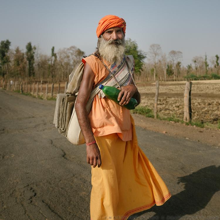 A Hindu pilgrim circumambulating the holy Naramda river.<br /> Madhya Pradesh Province.