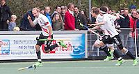 AMSTELVEEN -  Billy Bakker (l) heeft de stand op 3-2 gebracht met een golden goal   tijdens de tweede halve finalewedstrijd in de Play offs tussen Amsterdam en  Kampong . Zondag volgt een beslissingswedstrijd. COPYRIGHT KOEN SUYK