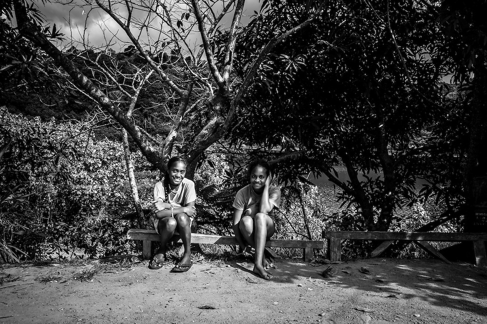 NOUVELLE CALEDONIE, HIENGHENE, Deux jeune fille assises en face du magasin proche de hienghene - Aout 2013  -