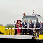 NLD/Amersfoort/20171024 - Streekbezoek Koning Alexander en koningin Maxima aan Eemland, Maxima en Alexander varen met het pondje de rivier de Eem over