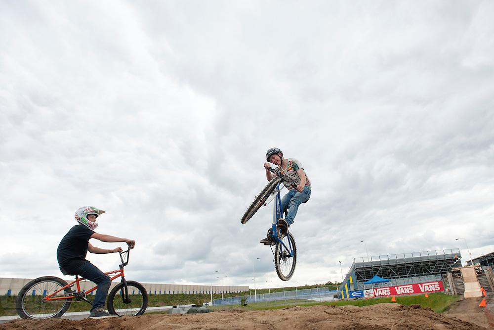 Een jongen haalt op zijn BMX stunts uit. In Ysselsteyn vindt op het circuit van Raceway het fietsevenement Cycle Vision plaats. Oorspronkelijk is Cycle Vision bedoeld voor ligfietsen, het is nu uitgegroeid tot een breed fietsevenement met naast ligfietsen ook BMX, mountainbiken, fatbikes, elektrische fietsen en steps.<br /> <br /> A boy stunts with his BMX. In Ysselsteyn cycling event CycleVision takes place. Originally CycleVision intended for recumbents, it has now become a wide cycling event with next recumbents also BMX, mountain biking, fatbikes, electric bicycles and e-bikes.