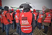 Nederland, Nijmegen, Wijchen, 9-12-2017Onder begeleiding van de vakbonden FNV en CNV kwamen stakers uit andere vestigingen uit de vleeswarenindustrie naar het vleesverwerkend bedrijf Ter Beke om te pleiten voor betere arbeidsvoorwaarden en naleving van de CAO. Ook het vele gebruik van uitzendkrachten is de arbeiders een doorn in het oog.Ruim honderd demonstranten voerden vrijdagmiddag bij vleeswarenbedrijf Ter Beke op bedrijventerrein Bijsterhuizen actie. Ze werden te woord gestaan door het management van het Belgische bedrijf.Foto: Flip Franssen