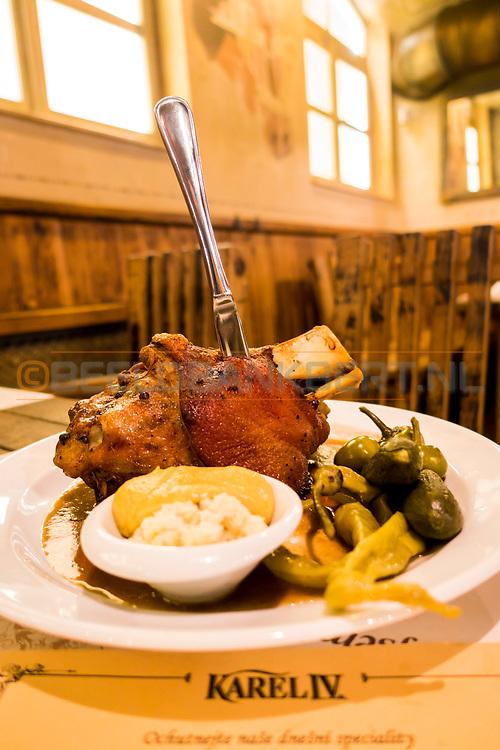 20-09-2015: Restaurant Karel IV in Karlovy Vary (Karlsbad), Tsjechië. Foto: Varkensknie bij restaurant Karel IV