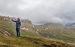 THEMENBILD - eine Frau macht einen Selfie mit ihrem Smartphone vor der Berkulisse. Die Grossglockner Hochalpenstrasse verbindet die beiden Bundeslaender Salzburg und Kaernten mit einer Laenge von 48 Kilometer und ist als Erlebnisstrasse vorrangig von touristischer Bedeutung, aufgenommen am 5. Juni 2017, Fusch a. d. Glocknerstrasse, Oesterreich // A woman makes a selfie with her smartphone in front of the mountain panorama. The Grossglockner High Alpine Road connects the two provinces of Salzburg and Carinthia with a length of 48 km and is as an adventure road priority of tourist interest at Fusch a. d. Glocknerstrasse, Austria on 2017/06/05. EXPA Pictures © 2017, PhotoCredit: EXPA/ JFK