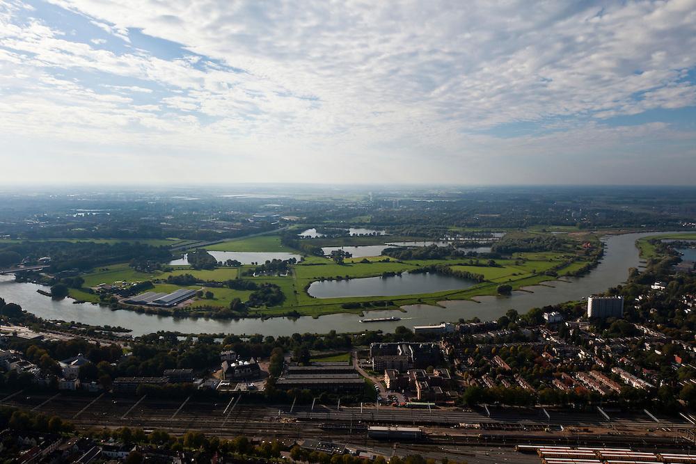 Nederland, Gelderland, Gemeente Arnhem, 03-10-2010; zicht op Meinerswijk, met de binnenstad van Arnhem in de voorgrond. In het kader van het programma Ruimte voor de Rivier zullen delen van de uiterwaard afgraven worden. Ook zal het gebied opnieuw ingericht worden..View of floodplains and polder Meinerswijk, Arnhem in the foreground.  The area will partly excavated to create 'space for the river'.  .luchtfoto (toeslag), aerial photo (additional fee required).foto/photo Siebe Swart