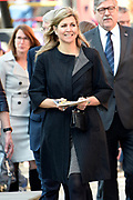 Koningin Maxima luidt op basisschool De Twaalfruiter de schoolbel voor de start van de zesde editie van de Week van het geld<br /> <br /> Queen Maxima at the primary school De Twaalfruite The Queen rings the school bell for the start of the sixth edition of Money Week<br /> <br /> Op de foto / On the photo:  Koningin Maxima vertrek / Queen Maxima leaves